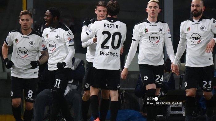 Gelandang Italia Spezia Giulio Maggiore (Belakang C) merayakan bersama rekan setimnya setelah membuka skor pada pertandingan sepak bola Serie A Italia Spezia vs AC Milan pada 13 Februari 2021 di stadion Alberto-Picco di La Spezia. Marco BERTORELLO / AFP