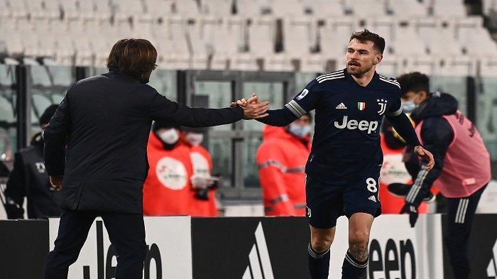 Gelandang Welsh Juventus Aaron Ramsey (kanan) merayakan dengan pelatih Italia Juventus Andrea Pirlo setelah mencetak gol selama pertandingan sepak bola Serie A Italia Juventus vs Sassuolo pada 10 Januari 2021 di stadion Juventus di Turin.