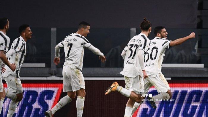 Gelandang Juventus asal Tunisia Hamza Rafia (kanan) melakukan selebrasi setelah mencetak gol dalam pertandingan sepak bola babak 16 besar Piala Italia (Coppa Italia) Juventus vs Genoa pada 13 Januari 2021 di stadion Juventus di Turin. Marco BERTORELLO / AFP