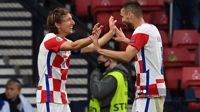 Gelandang Kroasia Luka Modric (kiri) merayakan dengan gelandang Kroasia Mateo Kovacic setelah mencetak gol kedua selama pertandingan sepak bola Grup D UEFA EURO 2020 antara Kroasia dan Skotlandia di Hampden Park di Glasgow pada 22 Juni 2021. Paul ELLIS / POOL / AFP