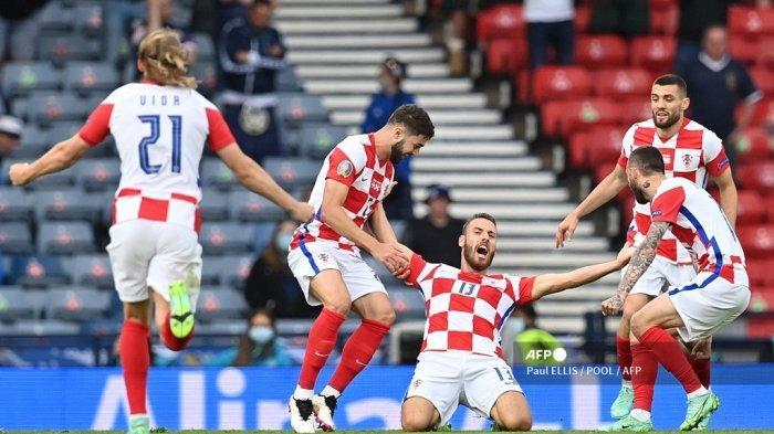 Gelandang Kroasia Nikola Vlasic (tengah) merayakan gol pertama bersama rekan satu timnya selama pertandingan sepak bola Grup D UEFA EURO 2020 antara Kroasia dan Skotlandia di Hampden Park di Glasgow pada 22 Juni 2021. Paul ELLIS / POOL / AFP