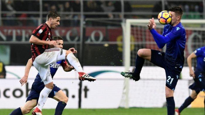 Gelandang Lazio, Sergej Milinkovic-Savic (kanan), terkena bola dari tendangan pemain AC Milan, Lucas Biglia, dalam laga leg pertama semifinal Coppa Italia di Stadion San Siro, Milan, pada 31 Januari 2018.