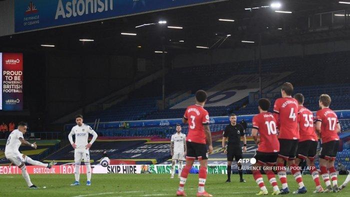 Gelandang Leeds United asal Brazil Raphinha Dias Belloli (kiri) mencetak gol ketiga timnya selama pertandingan sepak bola Liga Utama Inggris antara Leeds United dan Southampton di Elland Road di Leeds, Inggris utara pada 23 Februari 2021. LAURENCE GRIFFITHS / POOL / AFP