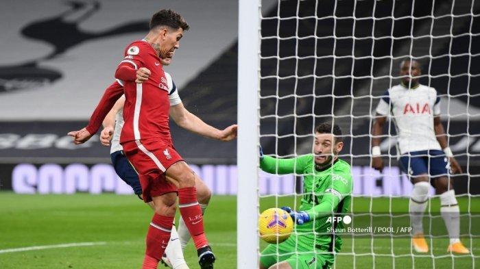 Gelandang Liverpool asal Brazil, Roberto Firmino (kiri), mencetak gol pembuka pada pertandingan sepak bola Liga Utama Inggris antara Tottenham Hotspur dan Liverpool di Tottenham Hotspur Stadium di London, pada 28 Januari 2021.
