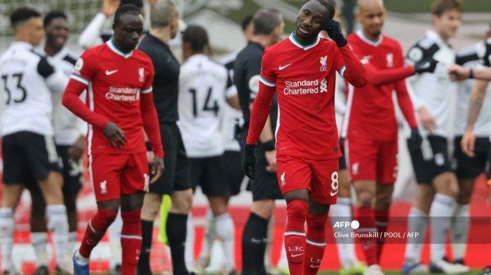 Gelandang Liverpool asal Guinea, Naby Keita (kanan tengah) bereaksi atas kekalahan mereka pada peluit akhir pertandingan sepak bola Liga Utama Inggris antara Liverpool dan Fulham di Anfield di Liverpool, Inggris barat laut pada 7 Maret 2021. Fulham memenangkan pertandingan 1-0.