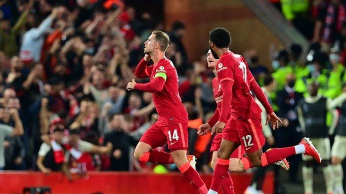 Gelandang Liverpool asal Inggris Jordan Henderson (kiri) merayakan dengan rekan satu timnya setelah mencetak gol ketiga timnya selama pertandingan sepak bola Grup B putaran pertama Liga Champions antara Liverpool dan AC Milan di Anfield di Liverpool, Inggris barat laut pada 15 September 2021. Paul ELLIS / AFP