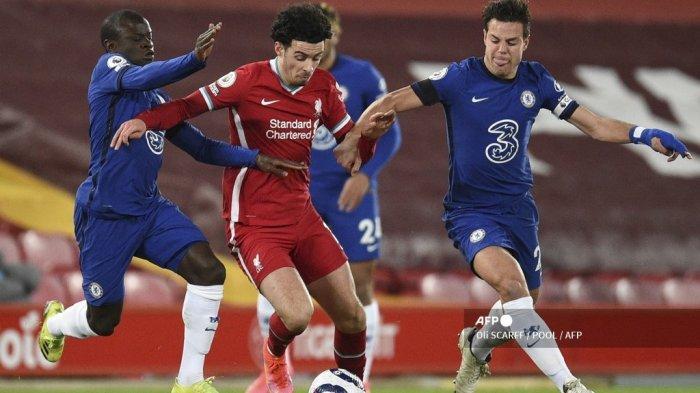 Gelandang Liverpool Inggris Curtis Jones (tengah) tantangan tantangan dari gelandang Maroko Chelsea Hakim Ziyech (kiri) selama pertandingan sepak bola Liga Utama Inggris antara Liverpool dan Chelsea di Anfield di Liverpool, barat laut Inggris pada 4 Maret 2021. Oli SCARFF / POOL / AFP