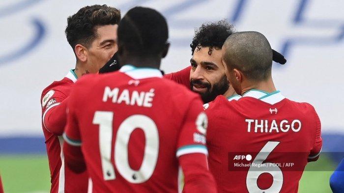 Gelandang Liverpool Mesir Mohamed Salah (2R) mengatur gol pertama setelah pertandingan sepak bola Liga Premier Inggris antara Leicester City dan Liverpool di Stadion King Power di Leicester, Inggris tengah pada 13 Februari 2021. Michael Regan / POOL / AFP