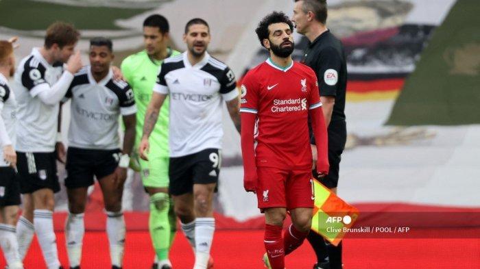 Gelandang Liverpool Mesir Mohamed Salah (kanan) bereaksi atas kekalahan mereka pada peluit akhir pertandingan sepak bola Liga Utama Inggris antara Liverpool dan Fulham di Anfield di Liverpool, Inggris barat laut pada 7 Maret 2021. Fulham memenangkan pertandingan 1-0.