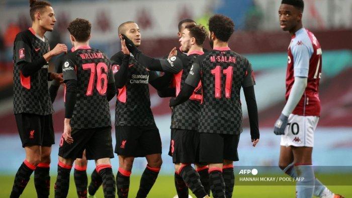 Gelandang Liverpool Mesir Mohamed Salah (2R) merayakan gol keempat timnya selama pertandingan sepak bola putaran ketiga Piala FA Inggris antara Aston Villa dan Liverpool di Villa Park di Birmingham, Inggris tengah pada 8 Januari 2021. HANNAH MCKAY / POOL / AFP