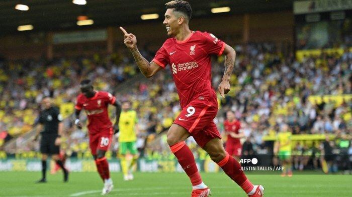 Gelandang Liverpool asal Brasil Roberto Firmino merayakan gol kedua timnya selama pertandingan sepak bola Liga Inggris antara Norwich City dan Liverpool di Carrow Road di Norwich, Inggris timur pada 14 Agustus 2021.