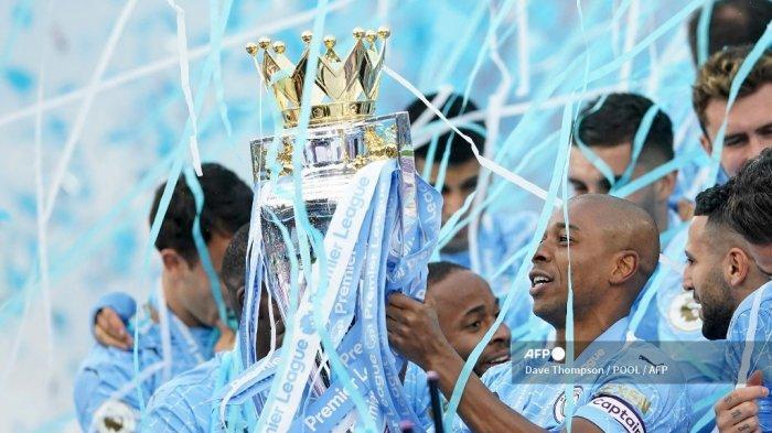 Gelandang Manchester City Brazil Fernandinho mengangkat trofi Liga Inggris pada upacara penghargaan usai pertandingan sepak bola Liga Utama Inggris antara Manchester City dan Everton di Stadion Etihad di Manchester, Inggris barat laut, pada 23 Mei 2021.