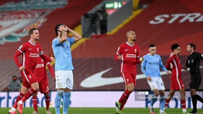 Gelandang Manchester City Jerman Ilkay Gundogan (kedua dari kiri) bereaksi saat gagal mengeksekusi penalti saat pertandingan sepak bola Liga Utama Inggris antara Liverpool dan Manchester City di Anfield di Liverpool, Inggris barat laut pada 7 Februari 2021. LAURENCE GRIFFITHS / POOL / AFP