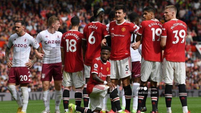 Gelandang Manchester United asal Brasil, Fred (tengah) berlutut di lapangan saat mereka membentuk tembok menjelang tendangan bebas selama pertandingan sepak bola Liga Utama Inggris antara Manchester United dan Aston Villa di Old Trafford di Manchester, barat laut Inggris, pada 25 September, 2021.