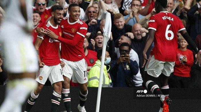 Gelandang <a href='https://manado.tribunnews.com/tag/manchester-united' title='ManchesterUnited'>ManchesterUnited</a> asal Portugal Bruno Fernandes (kiri) merayakan mencetak gol pertama timnya dengan striker Inggris <a href='https://manado.tribunnews.com/tag/manchester-united' title='ManchesterUnited'>ManchesterUnited</a> Mason Greenwood (tengah) dan gelandang <a href='https://manado.tribunnews.com/tag/manchester-united' title='ManchesterUnited'>ManchesterUnited</a> Prancis Paul Pogba selama pertandingan sepak bola <a href='https://manado.tribunnews.com/tag/liga-premier' title='LigaPremier'>LigaPremier</a> Inggris antara <a href='https://manado.tribunnews.com/tag/manchester-united' title='ManchesterUnited'>ManchesterUnited</a> dan Leeds United di Old Trafford di Manchester , Inggris barat laut, pada 14 Agustus 2021.