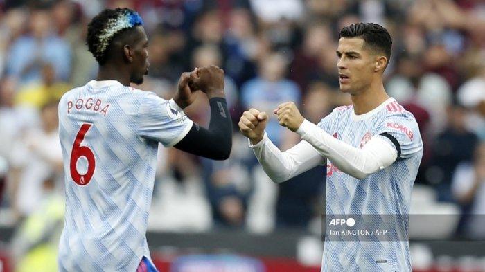 Gelandang Manchester United asal Prancis Paul Pogba (kiri) dan striker Manchester United asal Portugal Cristiano Ronaldo saling beradu mulut menjelang pertandingan sepak bola Liga Inggris antara West Ham United dan Manchester United di Stadion London, di London timur pada 19 September 2021.