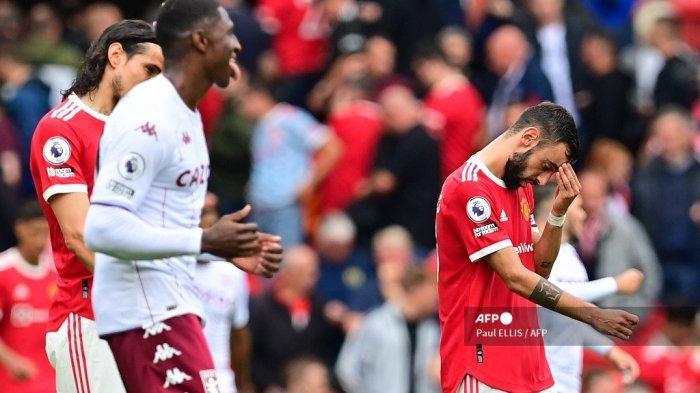 Gelandang Manchester United Portugis Bruno Fernandes (kanan) bereaksi setelah gagal mencetak gol dari titik penalti selama pertandingan sepak bola Liga Premier Inggris antara Manchester United dan Aston Villa di Old Trafford di Manchester, barat laut Inggris, pada 25 September 2021.