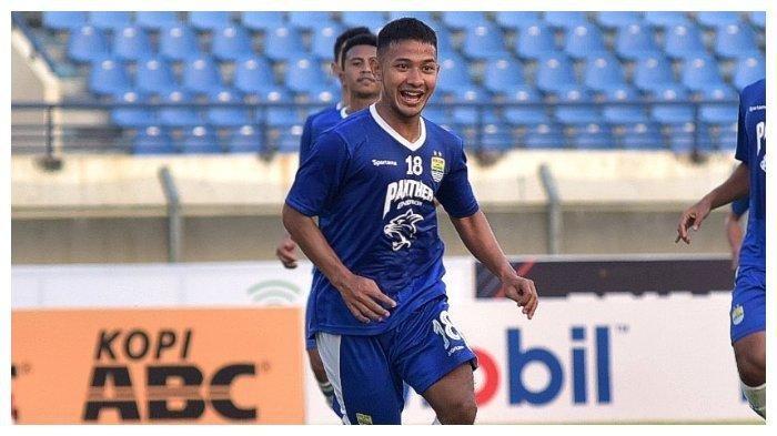 Gelandang Persib Bandung, Gian Zola. Dirinya sudah kembali bergabung dalam latihan Persib Bandung sejak kamis (10/10/2019), meski begitu pelatih Robert Alberts belum akan memainkannya.
