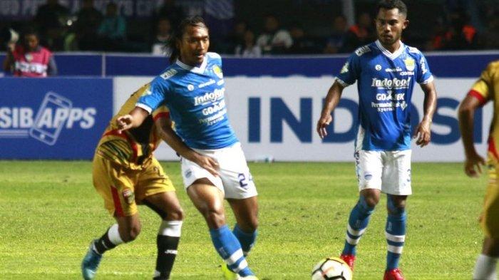 Gelandang Persib Bandung, Hariono, disaksikan rekan setimnya Ardi Idrus, berduel dengan pemain Mitra Kukar di Stadion GBLA, Minggu (8/4/2018).