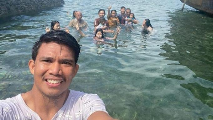 Gelandang Persija Jakarta, Sandi Darman Sute mengajak keluarganya berenang di laut dekat rumahnya di Palu, Sulawesi Tengah.