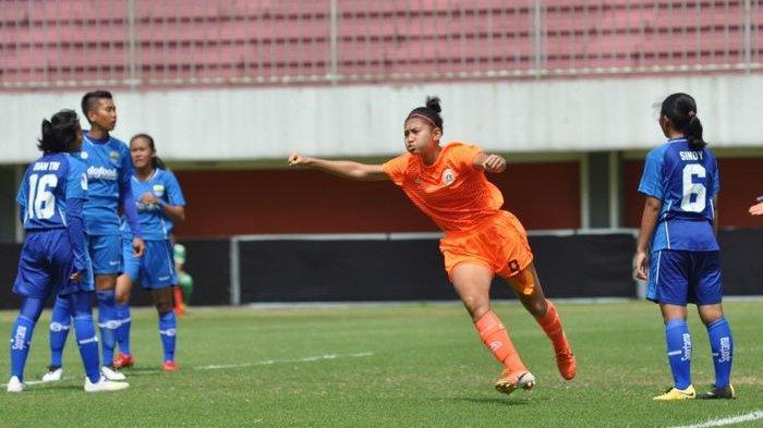 Gelandang Persija Putri, Zahra Muzdalifah, saat merayakan golnya ke gawang Persib Putri di Liga 1 Putri 2019 Rabu (9/10/2019).
