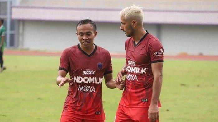 Gelandang Persita Tangerang, Redi Rusmawan (kiri), sedang berbincang dengan Raphael Maitimo.