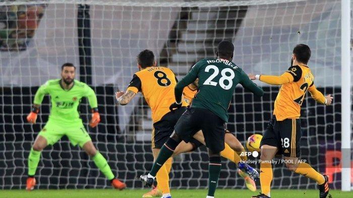 Gelandang Prancis Tottenham Hotspur Tanguy Ndombele (tengah) mencetak gol pertama timnya selama pertandingan sepak bola Liga Premier Inggris antara Wolverhampton Wanderers dan Tottenham Hotspur di stadion Molineux di Wolverhampton, Inggris tengah pada 27 Desember 2020.