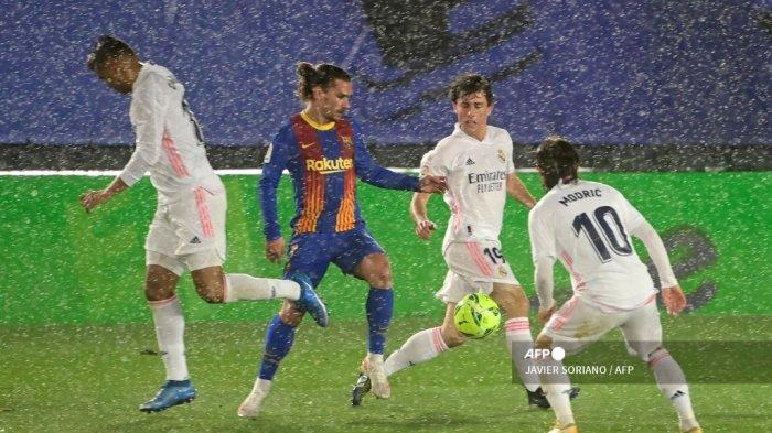 Gelandang Real Madrid Brasil Casemiro, bek Spanyol Real Madrid Alvaro Odriozola dan gelandang Kroasia Real Madrid Luka Modric menantang gelandang Prancis Barcelona Antoine Griezmann selama pertandingan sepak bola Liga Spanyol