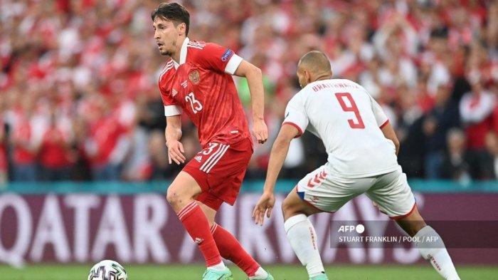 Gelandang Rusia Daler Kuzyaev (kiri) berebut bola dengan pemain depan Denmark Martin Braithwaite selama pertandingan sepak bola Grup B UEFA EURO 2020 antara Rusia dan Denmark di Stadion Parken di Kopenhagen pada 21 Juni 2021.