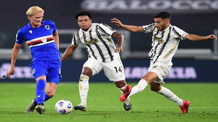 Gelandang Sampdoria asal Norwegia Morten Thorsby (kiri) menantang bek Italia Juventus Gianluca Frabotta (kanan) dan gelandang Juventus Amerika Weston McKennie selama pertandingan Serie A Italia antara Juventus vs Sampdoria pada 20 September 2020 di stadion Juventus di Turin.
