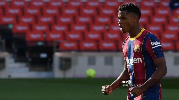 Gelandang Spanyol Barcelona Ansu Fati melakukan selebrasi setelah mencetak gol dalam pertandingan sepak bola Liga Spanyol antara Barcelona dan Real Madrid di stadion Camp Nou di Barcelona pada 24 Oktober 2020. LLUIS GENE / AFP