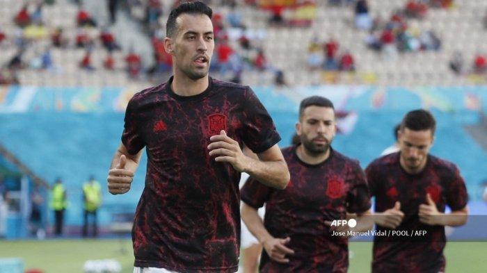 Gelandang Spanyol Sergio Busquets melakukan pemanasan sebelum pertandingan sepak bola Grup E UEFA EURO 2020 antara Slovakia dan Spanyol di Stadion La Cartuja di Seville pada 23 Juni 2021.