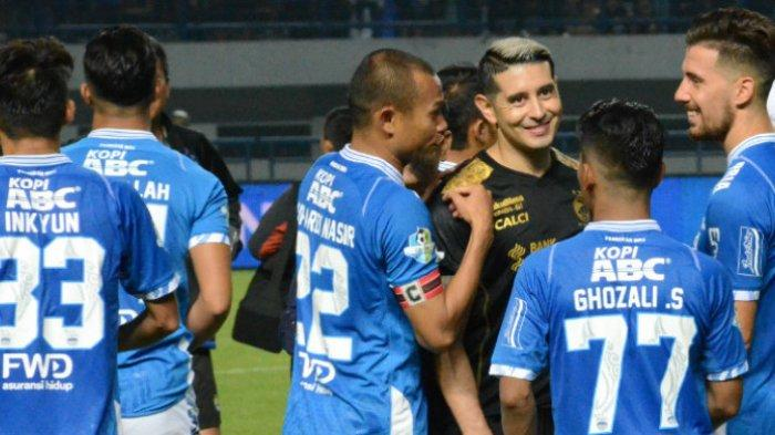 Gelandang Sriwijaya FC, Esteban Vizcarra bersama para pemain Persib Bandung yakni Supardi Nasir, Ghozali Siregar, dan Jonathan Bauman di Stadion Gelora Bandung Lautan Api, Sabtu (4/8/2018).