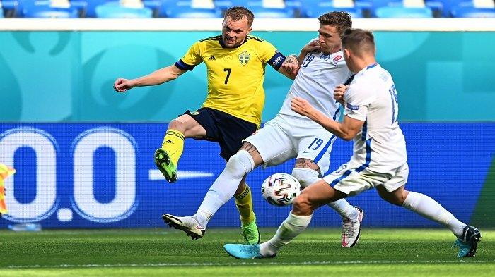 Gelandang Swedia Sebastian Larsson (kiri) menantang gelandang Slovakia Juraj Kucka selama pertandingan sepak bola Grup E UEFA EURO 2020 antara Swedia dan Slovakia di Stadion Saint Petersburg di Saint Petersburg pada 18 Juni 2021.