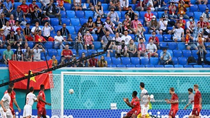Gelandang Swiss Denis Zakaria (tengah) menatap bola saat Spanyol mencetak gol selama pertandingan sepak bola perempat final UEFA EURO 2020 antara Swiss dan Spanyol di Stadion Saint Petersburg di Saint Petersburg pada 2 Juli 2021. Kirill KUDRYAVTSEV / POOL / AFP