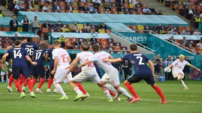 Gelandang Swiss Granit Xhaka melakukan tendangan bebas selama pertandingan sepak bola babak 16 besar UEFA EURO 2020 antara Prancis dan Swiss di National Arena di Bucharest pada 28 Juni 2021.