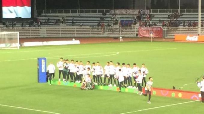 Gelandang timnas Indonesia U-23, Evan Dimas, terlihat harus menggunakan kursi roda selepas pertandingan melawan Vietnam pada laga final SEA Games 2019 di Stadion Rizal Memorial, Manila, Filipina, Selasa (10/12/2019).