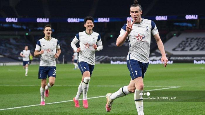 Gelandang Tottenham Hotspur asal Wales, Gareth Bale (kanan) merayakan gol ketiga timnya dan gol hattrick-nya dengan striker Tottenham Hotspur dari Korea Selatan Son Heung-Min (tengah) dan bek Spanyol Tottenham Hotspur Sergio Reguilon (kiri) selama pertandingan sepak bola Liga Premier Inggris antara Tottenham Hotspur dan Sheffield United di Tottenham Hotspur Stadium di London, pada 2 Mei 2021.