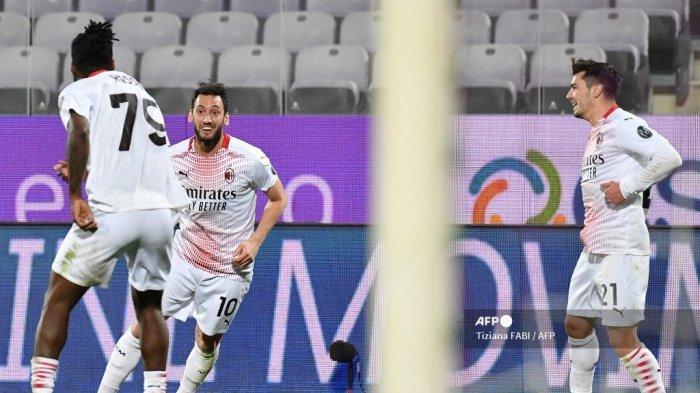 Gelandang Turki AC Milan Hakan Calhanoglu (2ndL) melakukan selebrasi setelah mencetak gol ketiga timnya dalam pertandingan sepak bola Serie A Italia Fiorentina vs AC Milan pada 21 Maret 2021 di stadion Artemio-Franchi di Florence. Tiziana FABI / AFP