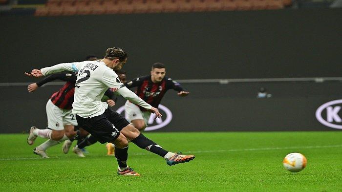 Gelandang Turki Lille, Yazici Yusuf, menendang dan mencetak penalti selama pertandingan sepak bola Grup H babak pertama Liga Eropa UEFA hari ketiga antara AC Milan dan Lille di stadion Meazza di Milan pada 5 November 2020.
