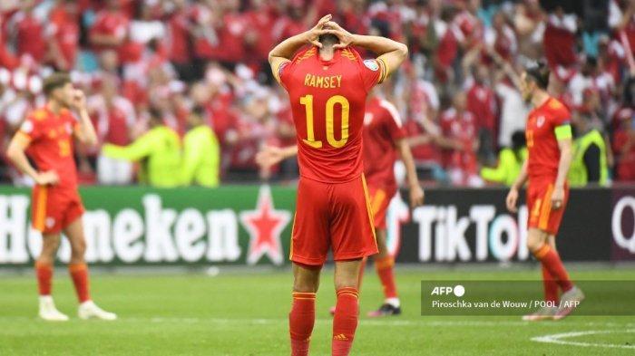 Gelandang Wales Aaron Ramsey bereaksi setelah kalah dalam pertandingan sepak bola babak 16 besar UEFA EURO 2020 antara Wales dan Denmark di Johan Cruyff Arena di Amsterdam pada 26 Juni 2021. Piroschka van de Wouw / POOL / AFP