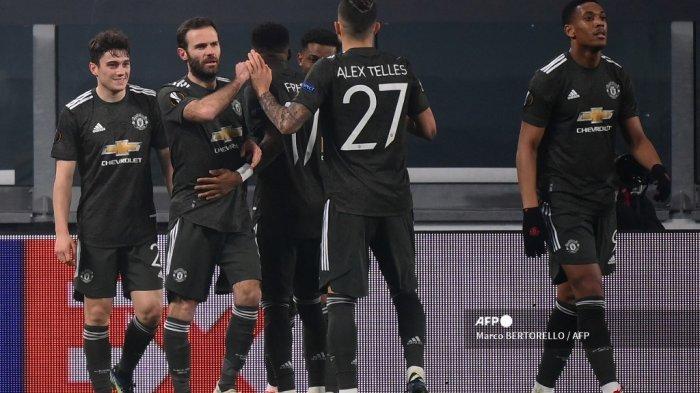 Gelandang Weles Manchester United Daniel James (kiri) merayakan bersama rekan satu timnya setelah mencetak gol keempat timnya selama pertandingan sepak bola leg pertama babak 32 besar Liga Eropa UEFA antara Real Sociedad dan Manchester United di stadion Juventus di Turin pada 18 Februari 2021. Marco BERTORELLO / AFP