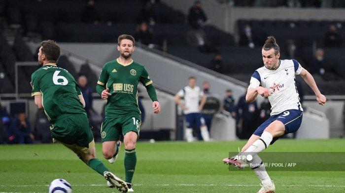 Gelandang Welsh asal Tottenham Hotspur, Gareth Bale, mencetak gol ketiga timnya dan gol hattrick-nya selama pertandingan sepak bola Liga Premier Inggris antara Tottenham Hotspur dan Sheffield United di Tottenham Hotspur Stadium di London, pada 2 Mei 2021.