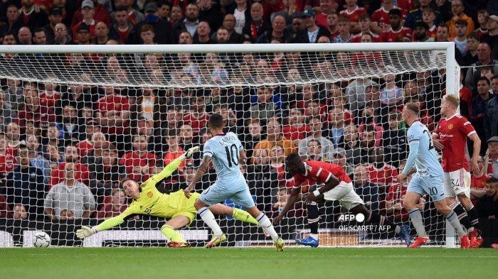 Gelandang West Ham United Argentina Manuel Lanzini mencetak gol pertama timnya melewati kiper Inggris Manchester United Dean Henderson selama pertandingan sepak bola putaran ketiga Piala Liga Inggris antara Manchester United dan West Ham United di Old Trafford di Manchester, barat laut Inggris, pada 22 September 2021 .