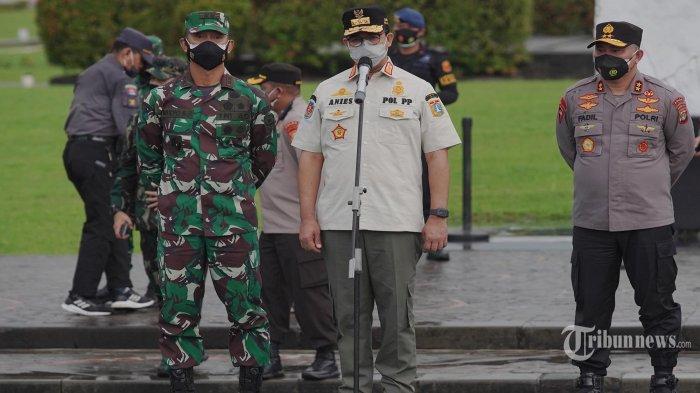 Gubenur DKI Jakarta Anies Baswedan bersama Kapolda Metro Jaya Irjen Pol Fadil Imran, dan Pangdam Jaya Mayjen TNI Mulyo Aji saat Gelar Pasukan TNI, Polri dan Pol PP dalam rangka pengetatan PPKM Mikro di wilayah DKI Jakarta, di Silang Monas, Jumat (18/6/2021). Pengetatan dilakukan seiring meningkatnya angka positif Covid-19 di Jakarta, bahkan pada Jumat (18/6/2021) angka tertinggi selama pandemi yaitu sebanyak 4737. TRIBUNNEWS/HERUDIN