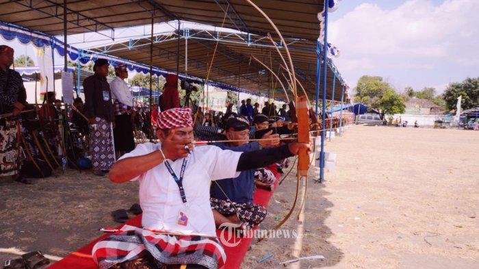 Peserta Festival Budaya Jemparingan (FBJ) panahan tradisional terlihat serius untuk membidik sasarannya dalam gelaran Piala FBJ HB X 2019.