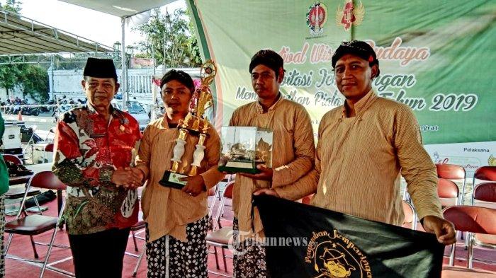 Paguyuban Jemparingan, Kridho Senopati dari Wedi, Klaten, Jawa Tengah meraih Juara Umum Invitasi Jemparingan Piala HB Tahun 2019.