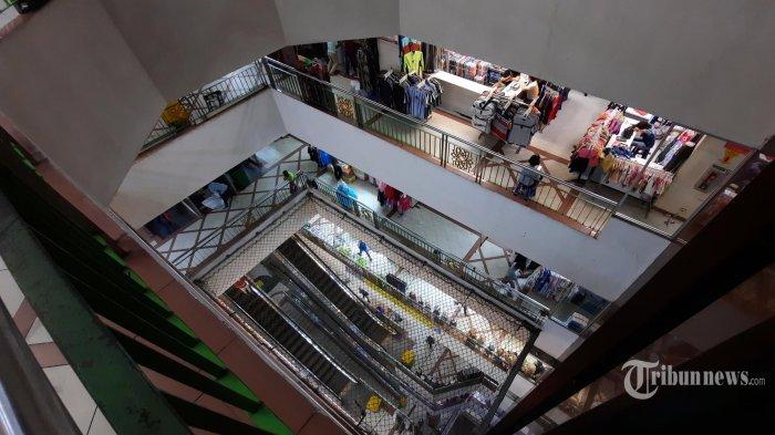 Suasana Blok A pasar Tanah Abang, Jakarta Pusat, Rabu (11/11/2020). Geliat penjualan pasar pada masa perpanjangan PSBB transisi udah mulai ada peningkatan. Pedagang mengaku pada massa ini, penjualan mulai meningkat sekitar 25 persen dibandingkan pada awal PSBB di Jakarta. (Warta Kota/Angga Bhagya Nugraha)