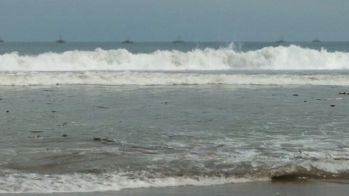Situasi gelombang laut di Pantai Muara Citepus, Kecamatan Palabuhanratu, Kabupaten Sukabumi, Senin (27/4/2020)