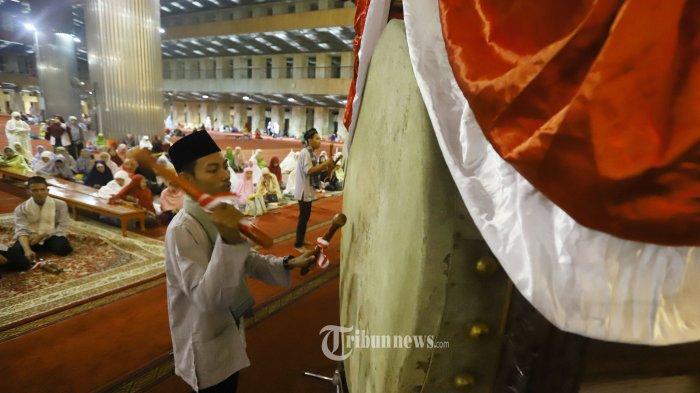 Jamaah memukul bedug untuk menyemarakkan malam takbiran di Masjid Istiqlal, Jakarta, Selasa (4/6/2019). Rencananya Presiden Jokowi akan melakukan sholat Id hari Idul Fitri 1440 H di Masjid Istiqlal yang jatuh pada Rabu (5/6/2019).